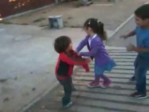 pelea de niños pequeños