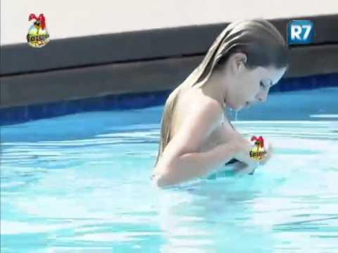 Bianca deixa seios à mostra após mergulho na piscina