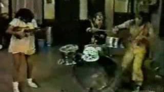 Seu Madruga dando aula de heavy metal
