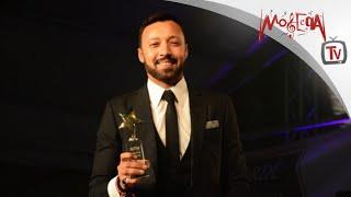 Ahmed Fahmi - أحمد فهمي يهدي جائزة نايل دراما للفنانة سميرة أحمد