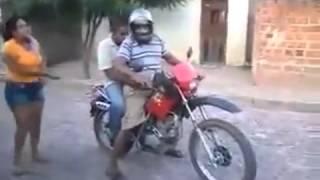 Cara bêbado cai de moto