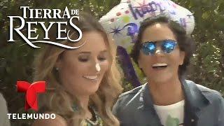 Tierra de Reyes | Feliz cumpleaños a Kimberly Dos Ramos | Telemundo Novelas