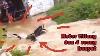 Motor dan Orang Hanyut di Banjir Villa Mutiara Bekasi