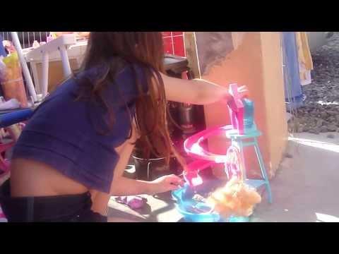 Gabi Roden Correa brincando Barbie