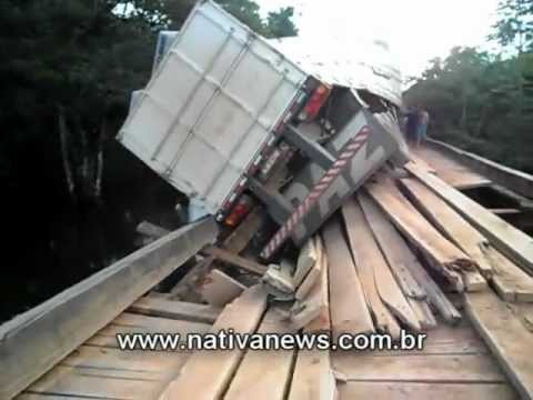 Carreta quase cai no Rio Santa Helena na MT 206