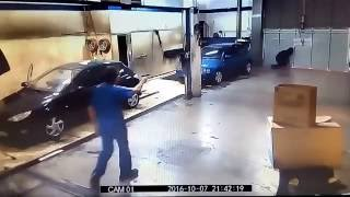 Thief Outsmarted by Car Wash Attendant - Thief fail caught on camera 2016