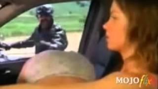 Se vedi due donne in auto mezze nude, non pensar male!