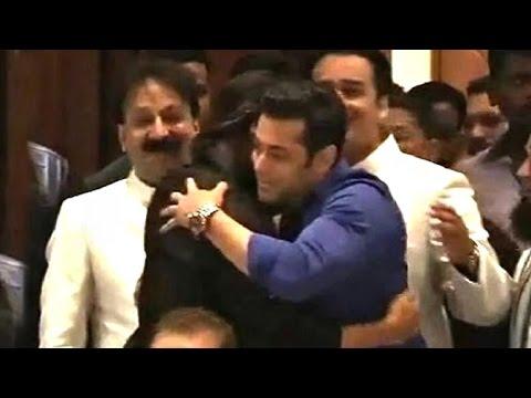 Xxx Mp4 All Moments When Salman Shahrukh Hug At Baba Siddiqui Iftar Party 2013 14 3gp Sex