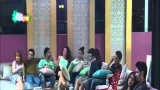 الطلاب في الصالة يشاهدون الفيديو الدعائي للسوشيال ميديا 21  10  2014