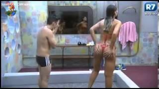 A Fazenda 6 Andressa Urach e Yudi no banho, Andressa mostra partes intimas a Yudi.