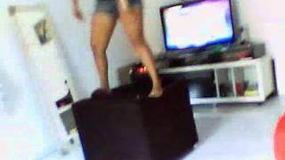 Suelen dançando funk no sofá