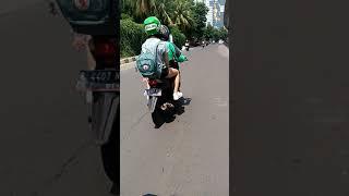 Kang gojek bawa penumpang ga pake celana
