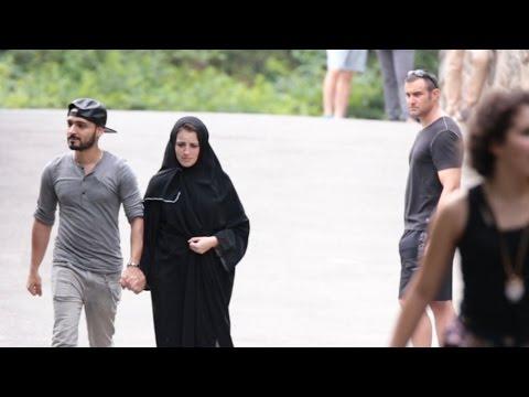 فتاة مسلمة تتعرض للضرب شاهد الفرق عندما تتعرض فتاة مسلمة اجنبية للضرب في شوارع والله انك ستبكي