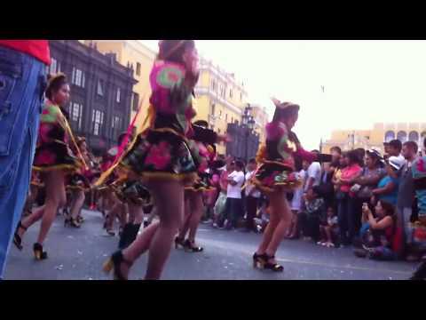 Niñas bailando caporales peruano.