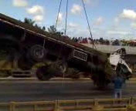 caminhão cai da ponte em são mateus