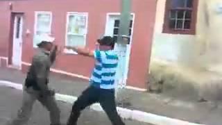 Valentão briga e enfrenta 2 Policiais em confusão - O Bom de Briga, fala serio