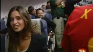 Reina sings to Casillas and Sara in the plane. - Celebración en el avión.