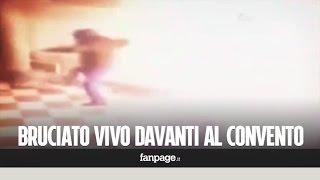 Video choc, uomo bruciato vivo sotto ai portici: