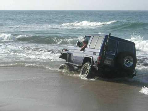 Machito casi volteado en playa Banquito