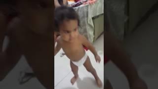 Criança dancando metralhadora