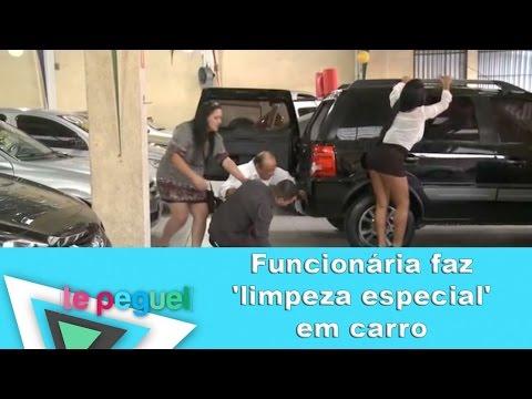 Funcionária faz limpeza especial em carro