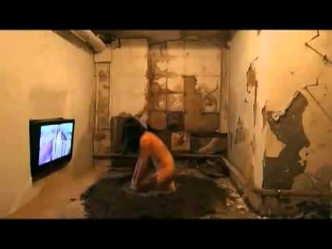 Amazing!! Nude girl live with pigs - Cô gái khỏa thân sống với heo