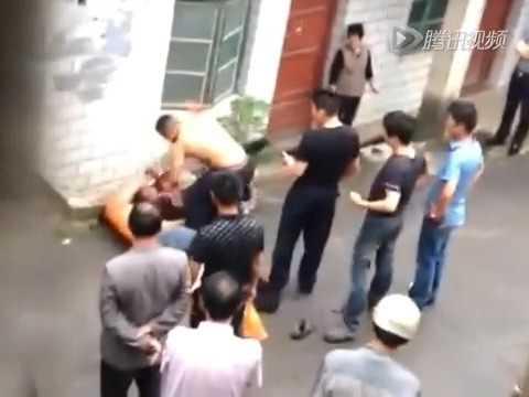 湖南长沙警察暴打公民「警察上班时间喝酒开警车打人」20150513