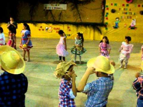 Ana dudinha dançando festa junina