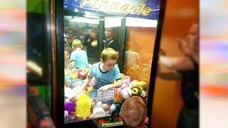 Kid Gets Stuck in a Claw Machine!!