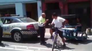 Policía abusivo es cacheteado y le quitan su arma - Justicia ciudadana ORIGINAL