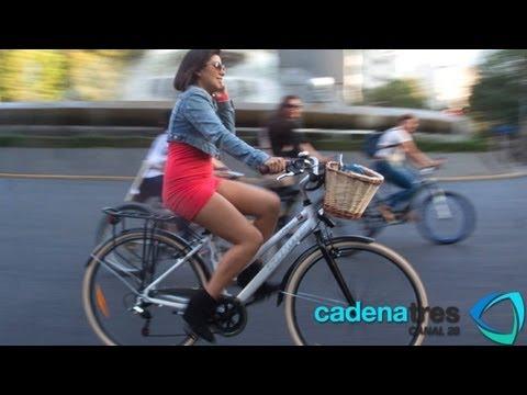 Con vestido y tacones mujeres se transportan en bici por el DF