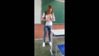 Olha o que essa garota fez dentro de uma sala de aula