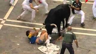 Šokantna snimka  Bik rogom probio muškarca i mahao njime