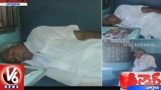 Oommen Chandy Travels In Sleeper Class Train | Teenmaar News | V6News