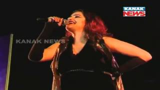 Crowd Enjoy Live Concert of Sona Mohapatra In Bhubaneswar