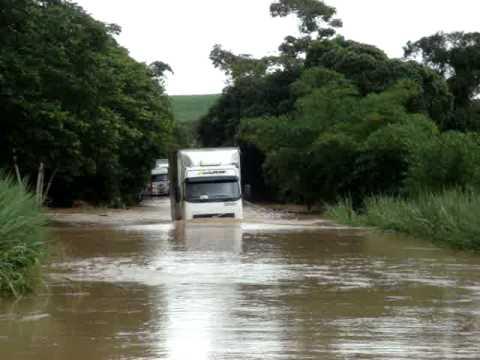 Travessia perigosa sobre ponte coberta pelas águas do rio Mundaú