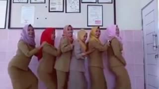 Video viral PNS goyang Hot di papan tulis part I