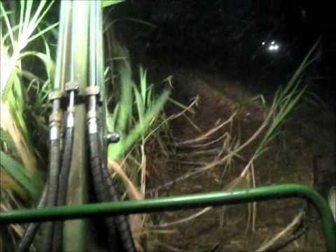 Jonh deere 3520 colhendo cana de noite
