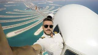 طيار يُغامر بالتقاط صور سيلفي خطيرة من نافذة الطائرة! حقيقة أم فوتوشوب؟
