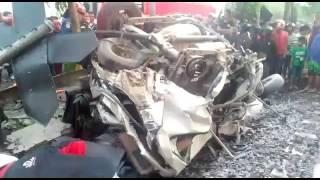 Kecelakaan xenia vs kereta api mutiara di perlintasan margorejo surabaya