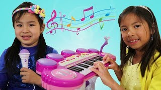 Jannie Learns to Play Piano w/ Wendy & Lyndon! Kids Start a Music Band