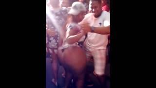 A mulher dançando forró com bunda de fora kkk