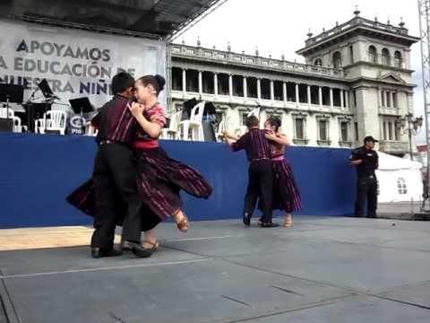 NIÑOS AMIGOS DE LA MARIMBA BAILANDO CON ORGULLO DE SER GUATEMALTECOS