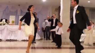 رقص اخت العروس اكلت الجو عليهم