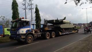 Tank Leopard 2RI TNI AD lewat kota Semarang