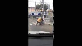 Bêbados Caindo de Moto
