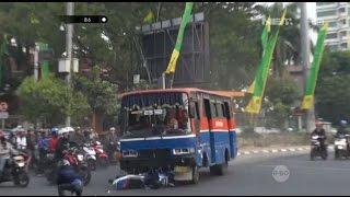 Melaju Kencang & Terobos Lampu Merah, Supir Bus Tabrak Pengendara Motor - 86