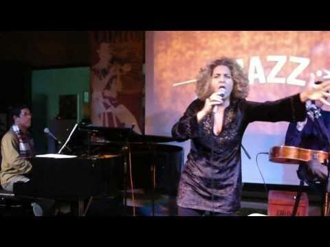 Sandra Duailibe em Atenas Αθή� α A voz do morro