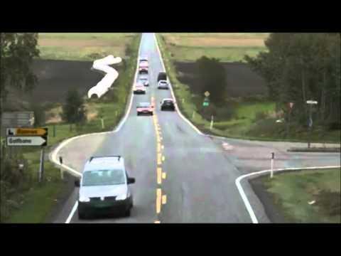 Vi ligger bak bil som skal til venstre i kryss