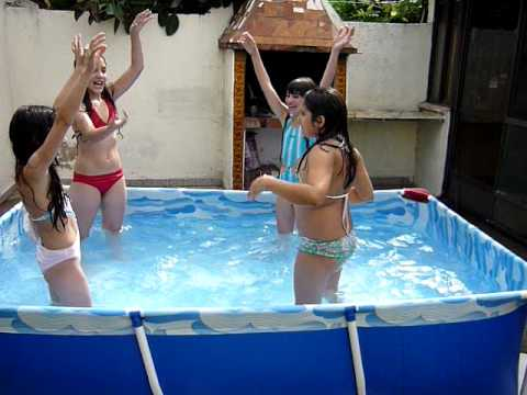bailan en el agua